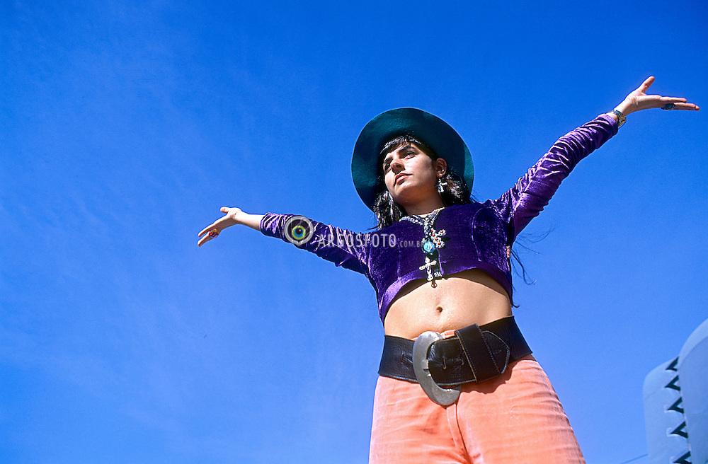 Rio de Janeiro, RJ,  Brasil      24/Abril/91.A cantora carioca Fernanda Abreu, posa no Pao de Acucar./ The Carioca singer Fernanda Abreu sits in front of Sugar Loaf ..Foto Marcos Issa/Argosfoto