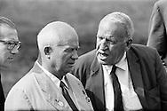 1959.September. A visit to the farm of Roswell Garst in Coon Rapids,Iowa. Garst had a revolutionary feeding method of mixing corn and stalk for a more balanced diet for the cows.<br /> He's trying to explain this in English. Khrushchev has trouble understanding.<br /> <br /> <br /> 1959. Septembre . Une visite &agrave; la ferme de Mr Roswell Garst &agrave; Coon Rapids, Iowa. Mr Garst avait une m&eacute;thode d'alimentation r&eacute;volutionnaire de m&eacute;lange de ma&iuml;s et de la tige pour une alimentation plus &eacute;quilibr&eacute;e pour les vaches.<br /> Il essaie d'expliquer cela en anglais mais Khrouchtchev a du mal &agrave; comprendre .