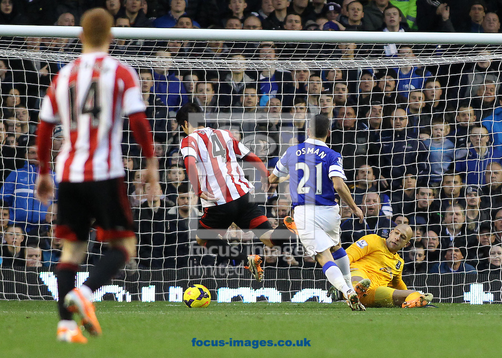 Picture by Michael Sedgwick/Focus Images Ltd +44 7900 363072<br /> 26/12/2013<br /> Tim Howard of Everton trips Ki Sung-Yong of Sunderland resulting in a penalty and being sent off during the Barclays Premier League match at Goodison Park, Liverpool.