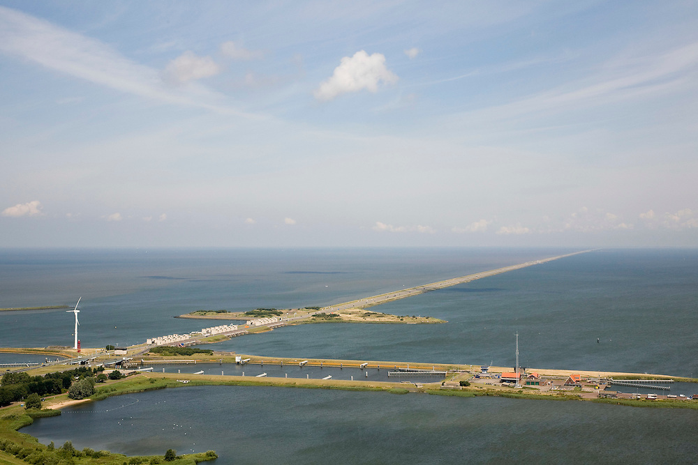 Nederland, Noord-Holland, Den Oever, 14-07-2008; Afsluitdijk, waterkering tussen Waddenzee en IJsselmeer (rechts, voorheen Zuiderzee); aanleg van de dijk vormde onderdeel Zuiderzeewerken, initiatief van ingenieur Cornelis Lely; in de dijk de Stevinsluizen, spuisluizen - uitwaterende sluizen; het 'eiland' heet Robbenplaat; onder in beeld de schutsluizen  en Zuiderhaven; schutsluis.The IJsselmeer Dam, dike between the provinces Noord-Holland and Friesland, left Wadden sea, right former Zuyder Zee (now inner sea/lake);in the foreground locks for shipping and sluicing surplus water. .luchtfoto (toeslag); aerial photo (additional fee required); .foto Siebe Swart / photo Siebe Swart