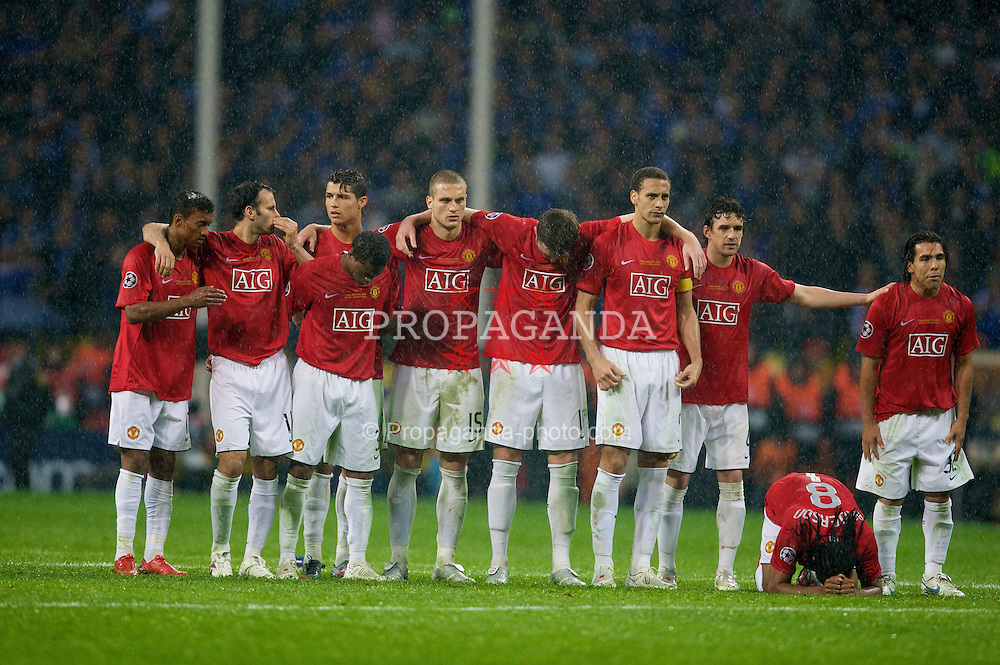 MOSCOW, RUSSIA - Wednesday, May 21, 2008: Manchester United's players wait in anticipation during the penalty shoot out against Chelsea during the UEFA Champions League Final at the Luzhniki Stadium. L-R: Nani, Ryan Giggs, Patrice Evra, Cristiano Ronaldo, Nemanja Vidic, Michael Carrick, Rio Ferdinand, Owen Hargreaves, Anderson, Carlos Tevez. (Photo by David Rawcliffe/Propaganda)