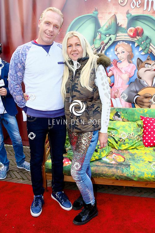 KAATSHEUVEL - In het familie pretpark de Efteling is de premiere van het nieuwe Sprookjesboom de Musical. Met hier op de foto  Rian Donders met partner. FOTO LEVIN DEN BOER - PERSFOTO.NU