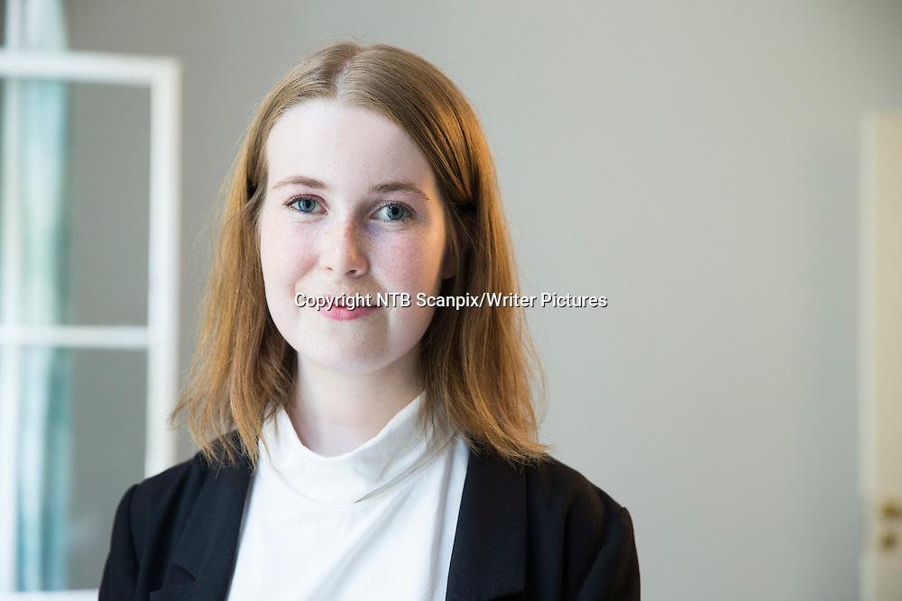 Oslo  20130828.<br /> Eline Lund Fj&Ecirc;ren (med boka &quot; Ung jente, voksen mann &quot;) under presentasjonen til forlaget Oktober sin h&macr;stliste. <br /> Foto: Berit Roald / NTB scanpix<br /> <br /> NTB Scanpix/Writer Pictures<br /> <br /> WORLD RIGHTS, DIRECT SALES ONLY, NO AGENCY