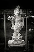 Staty av hinduiska Guden Krishna som spelar flöjt, Kerala, Indien