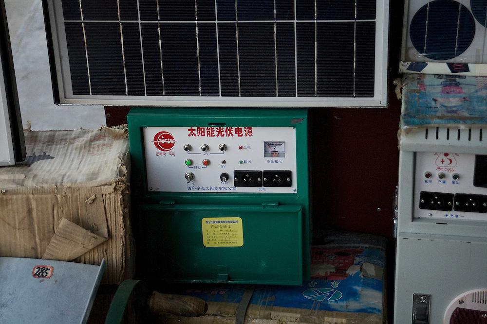 Dans la boutique de Mr Guo, une batterie prévue pour stocker l'éléctricité produite par les panneaux solaires. Xiahe, decembre 2009.