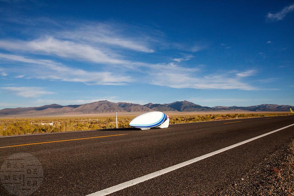 Calvin Moes tijdens de laatste race. In Battle Mountain (Nevada) wordt ieder jaar de World Human Powered Speed Challenge gehouden. Tijdens deze wedstrijd wordt geprobeerd zo hard mogelijk te fietsen op pure menskracht. Het huidige record staat sinds 2015 op naam van de Canadees Todd Reichert die 139,45 km/h reed. De deelnemers bestaan zowel uit teams van universiteiten als uit hobbyisten. Met de gestroomlijnde fietsen willen ze laten zien wat mogelijk is met menskracht. De speciale ligfietsen kunnen gezien worden als de Formule 1 van het fietsen. De kennis die wordt opgedaan wordt ook gebruikt om duurzaam vervoer verder te ontwikkelen.<br /> <br /> In Battle Mountain (Nevada) each year the World Human Powered Speed Challenge is held. During this race they try to ride on pure manpower as hard as possible. Since 2015 the Canadian Todd Reichert is record holder with a speed of 136,45 km/h. The participants consist of both teams from universities and from hobbyists. With the sleek bikes they want to show what is possible with human power. The special recumbent bicycles can be seen as the Formula 1 of the bicycle. The knowledge gained is also used to develop sustainable transport.