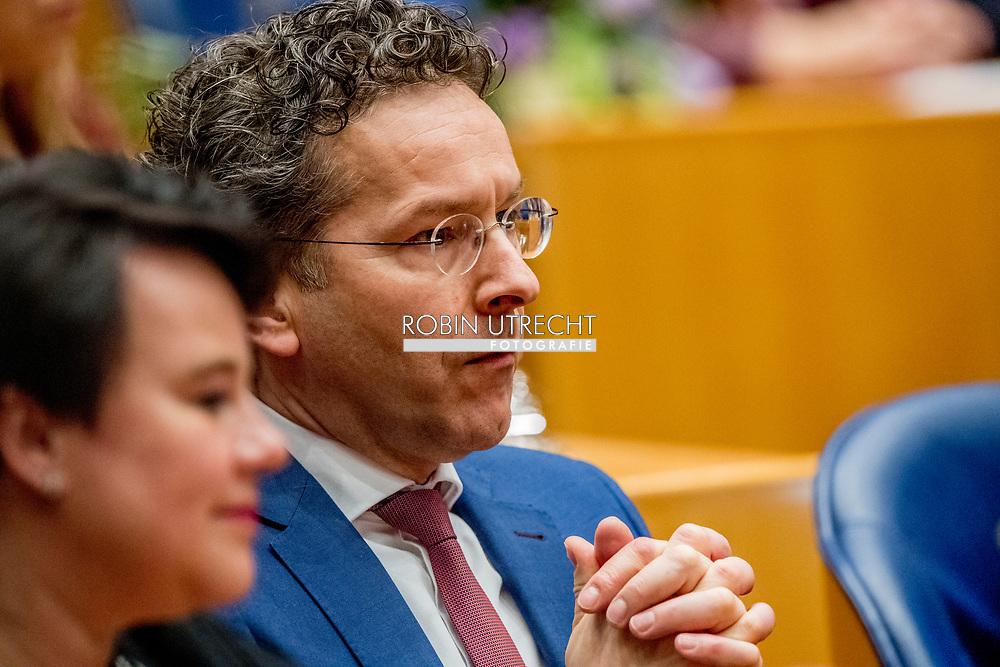 DEN HAAG - Jeroen Dijsselbloem (PvdA) legt de eed af bij de installatie van de nieuwe Kamerleden na de Tweede Kamerverkiezingen. democratie formatie holland installatie kabinetsformatie kamerleden kiezen nieuwe partijpolitiek politicus politiek tk2017 van