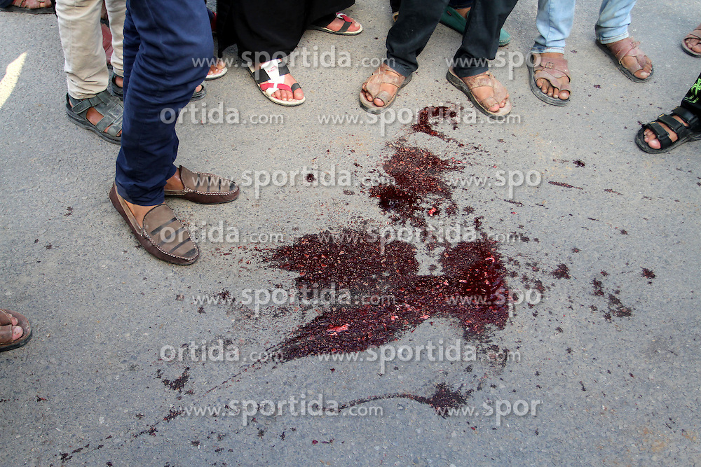 09.10.2015, Khan Younis, PSE, Gewalt zwischen Pal&auml;stinensern und Israelis, im Bild Zusammenst&ouml;sse zwischen Pal&auml;stinensischen Demonstranten und Israelischen Sicherheitskr&auml;fte // Palestinians gather around blood stains of 22-year-old Adnan Alean, who died in clashes with Israeli security forces near the border of Khan Yunis in the southern Gaza Strip, on a stretcher outside a hospital in Khan Yunis, on October 9, 2015. Clashes broke out Friday east of Gaza City and Khan Yunis along the border with the Jewish state, with Israeli forces opening fire and killing four Palestinians and wounding 21, according to medics, Palestine on 2015/10/09. EXPA Pictures &copy; 2015, PhotoCredit: EXPA/ APAimages/ Abed Rahim Khatib<br /> <br /> *****ATTENTION - for AUT, GER, SUI, ITA, POL, CRO, SRB only*****