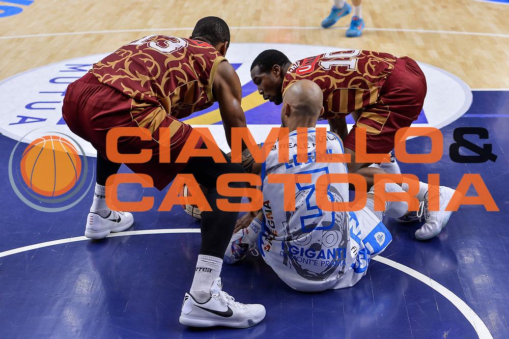 DESCRIZIONE : Campionato 2015/16 Serie A Beko Dinamo Banco di Sardegna Sassari - Umana Reyer Venezia<br /> GIOCATORE : David Logan Josh Owens<br /> CATEGORIA : Palla Contesa Persa A Terra<br /> SQUADRA : Umana Reyer Venezia<br /> EVENTO : LegaBasket Serie A Beko 2015/2016<br /> GARA : Dinamo Banco di Sardegna Sassari - Umana Reyer Venezia<br /> DATA : 01/11/2015<br /> SPORT : Pallacanestro <br /> AUTORE : Agenzia Ciamillo-Castoria/L.Canu