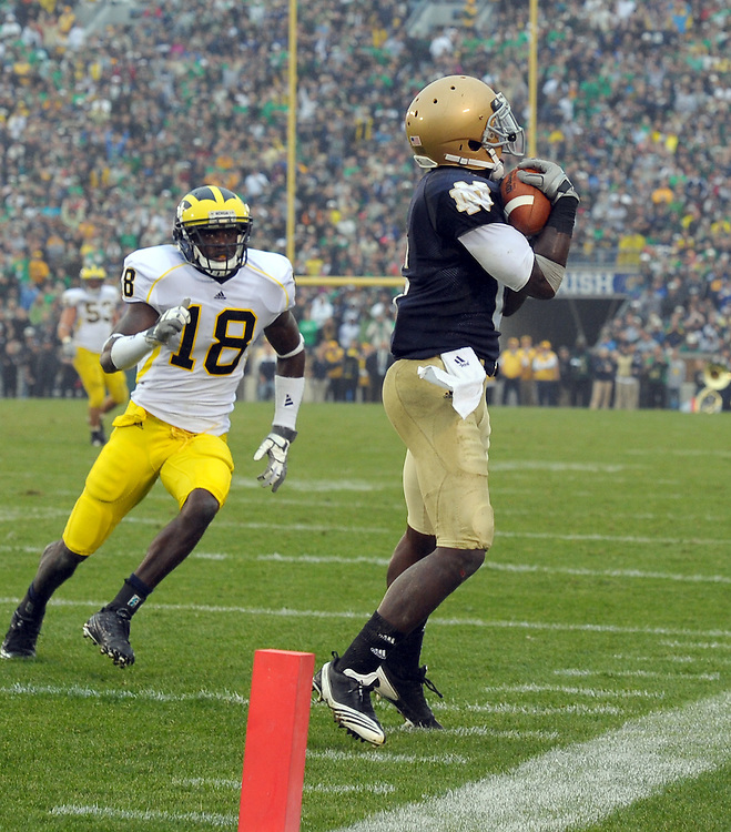 Wide Receiver Theo Riddick (6) manages to put the Irish in scoring position late in the first half.