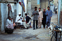 "Pakistan - ""Shiddis "", esclaves de l'empire des Indes - Province du Sind - Karachi -  Lyari, district surpeuplé du sud de Karachi abrite la plus forte concentration de Shiddis du Pakistan. Dans ce Harlem pakistanais, les Noirs prédominent surtout dans les ghettos pouilleux et malodorants de Baghdadi et Bombasa, quartiers à problèmes ravagés par la drogue, enclave où le taux de chômage peut atteindre 40 à 50%. // Pakistan, Shiddi, the black of Pakistan with African origine"