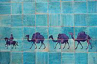 Ouzbekistan, Khiva, patrimoine mondial de l UNESCO, caravanne de chameau sur des faience à l'entrée de la ville // Uzbekistan, Khiva, Unesco World Heritage, camel karavan