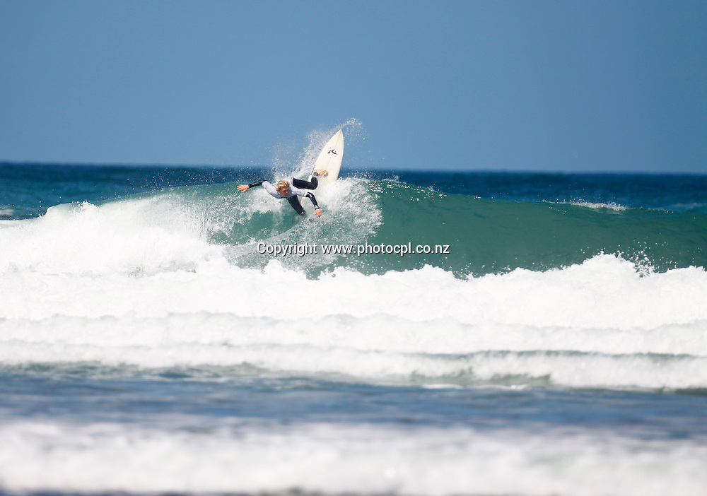 Zen Wallis, The Hyundai National Surfing Champs, Piha Auckland. New Zealand. Wednesday 18 January 2012..Photo: PhotoCPL.