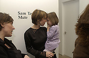 Sam Taylor Wood and her daughter Angelica at her  opening. White Cube. London. 22 Nov 2001. © Copyright Photograph by Dafydd Jones 66 Stockwell Park Rd. London SW9 0DA Tel 020 7733 0108 www.dafjones.com