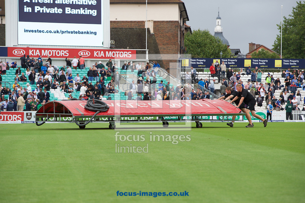 The covers are taken off after a brief rain delay during the 5th Investec Ashes Test Match match at the Kia Oval, London<br /> Picture by Alan Stanford/Focus Images Ltd +44 7915 056117<br /> 20/08/2015
