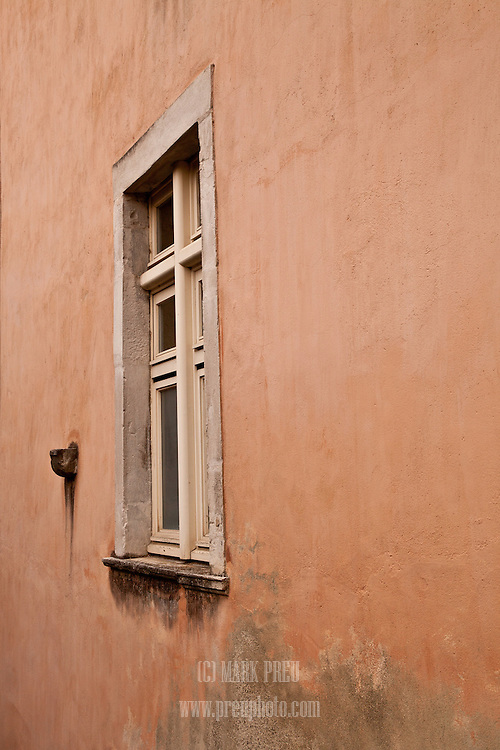 A window in the old city of Pau.