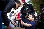 Una ragazza gioca con un bambino. Esterno cortile ex palazzine olimpiche.