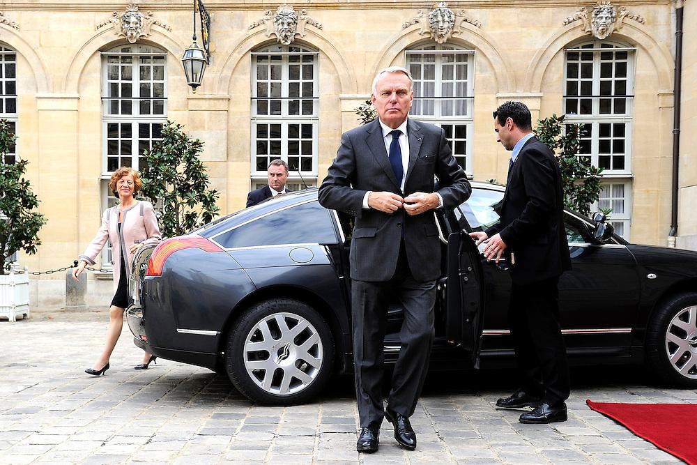 Jean Marc Ayrault premier ministre de la république française reçoit Madame Soraya Saenz de Santamaria Vice-Présidente du gouvernement Espagnole lors d'un déjeuner de Travail, le 08 octobre 2013 a l'Hôtel Matignon.