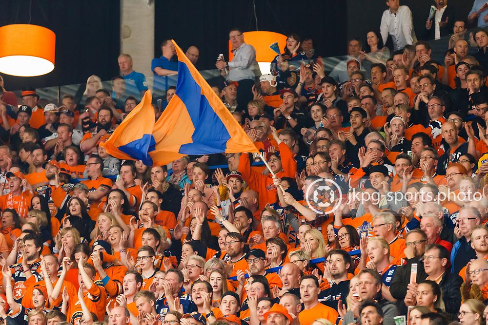 150423 Ishockey, SM-Final, V&auml;xj&ouml; - Skellefte&aring;<br /> Publik, V&auml;xj&ouml;-supportrar med flagga under matchen.<br /> &copy; Daniel Malmberg/Jkpg sports photo