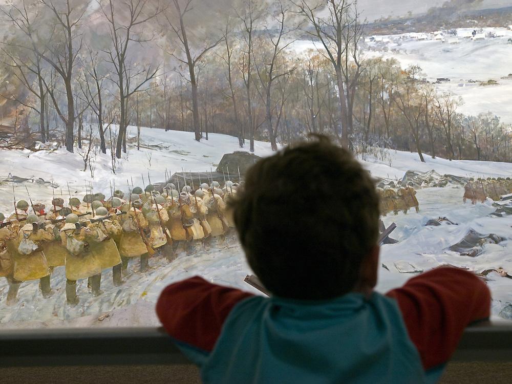 """Moskau/Russische Foederation, RUS, 10.05.2008: Kind betrachtet ein drei dimensionales Diorama welches die Schlacht um Moskau waehrend des 2. Weltkriegs darstellt. Das ganze im Museum des Grossen Vaterlaendischen Krieges in Moskau. Das Museum befindet sich auf dem Berg """"Poklonnaja Gora"""". Verbunden damit ist der sogenannte Siegespark mit einer offenen Darstellung von militaerischen Fahrzeugen, Flugzeugen und Kanonen.<br /> <br /> Moscow/Russian Federation, RUS, 10.05.2008: Child viewing a three-dimensional model (diorama) about the Moscow battle during the Second World War at the Museum of the Great Patriotic War in Moscow at Poklonnaya Gora (Bowing Hill). Featured is the Victory Park with an open display of military vehicles, aircraft, cannons and the Central Museum building of the Great Patriotic War."""