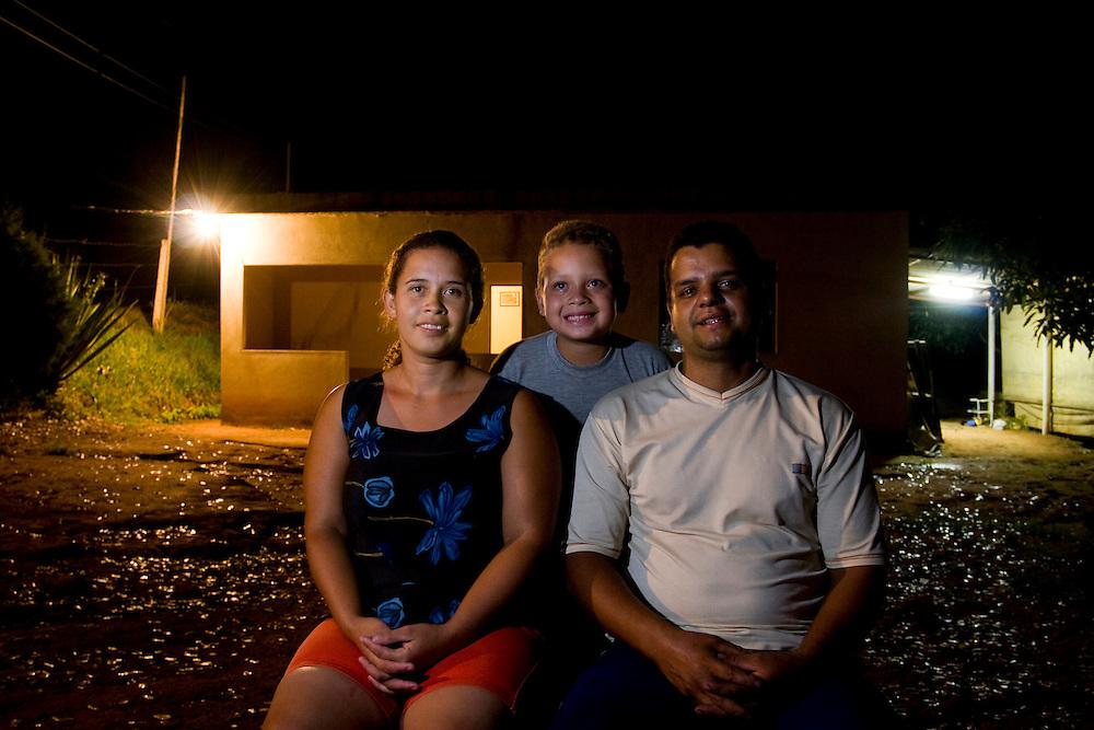 Santos Dumont_MG, Brasil...Familia beneficiada pela eletrificacao rural...A family benefited by the rural electrification...Foto: LEO DRUMOND / NITRO.