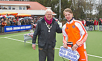 AERDENHOUT - 09-04-2012 - Aanvoerder Morris de Vilder krijgt een prijs uit handen van Loco Burgermeester Tames Kokke, maandag tijdens de finale tussen Nederland Jongens B en Spanje Jongens B  (3-1) , tijdens het Volvo 4-Nations Tournament op de velden van Rood-Wit in Aerdenhout. Jongens U16 wordt kampioen.FOTO KOEN SUYK
