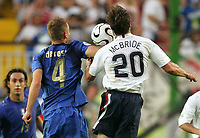 Foul zur Roten Karte Daniele de Rossi, Brian Mcbride USA<br /> rødt kort<br /> Fussball WM 2006 Italien - USA<br /> Italia - USA<br /> Norway only