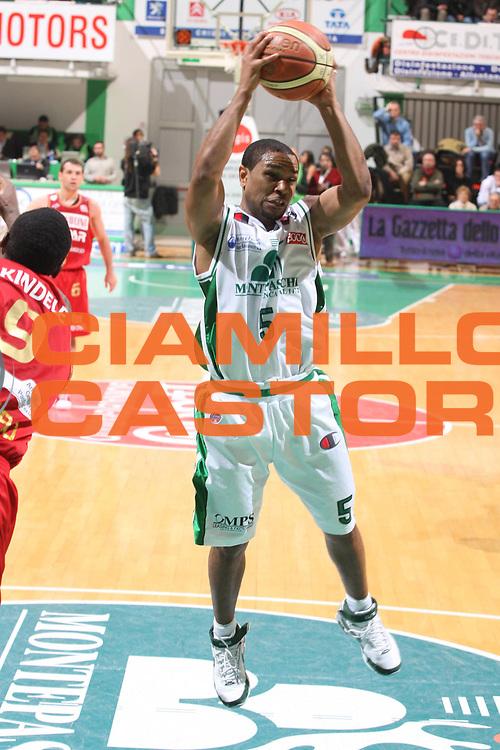 DESCRIZIONE : Siena Lega A1 2008-09 Montepaschi Siena Scavolini Spar Pesaro<br /> GIOCATORE : Terrell Mc Intyre<br /> SQUADRA : Montepaschi Siena <br /> EVENTO : Campionato Lega A1 2008-2009<br /> GARA : Montepaschi Siena Scavolini Spar Pesaro<br /> DATA : 21/12/2008<br /> CATEGORIA : Rimbalzo<br /> SPORT : Pallacanestro<br /> AUTORE : Agenzia Ciamillo-Castoria/G.Ciamillo