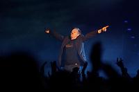 25 NOV 2002, BERLIN/GERMANY:<br /> Herbert Grönemeier waehrend einem Konzert, Max-Schmeling-Halle<br /> IMAGE: 20021125-02-019<br /> KEYWORDS: Herbert Grönemeier, Fans, Fans, Publikum, Haende, Hände
