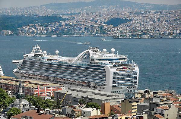 Turkije, Istanbul, 2-6-2011Cruiseschip in de haven van Istanboel. Varend hotel. Cruises door de Middelandse zee. Ruby Princess.Cruiseship in the harbour of Istanbul. Floating hotel.Foto: Flip Franssen