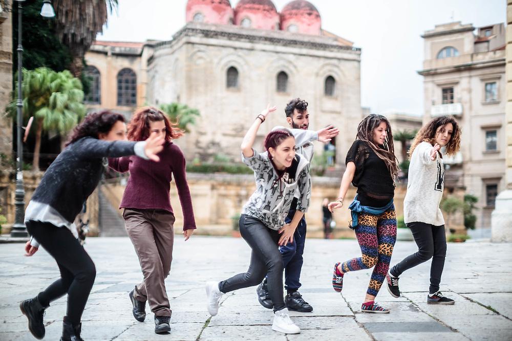 01 NOV 2105 - Palermo - Crew Hip-Hop si allena alla Discesa dei Giudici, davanti alla chiesa di San Cataldo.