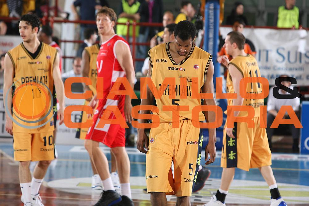 DESCRIZIONE : Porto San Giorgio Lega A1 2007-08 Playoff Quarti Di Finale Gara 3 Premiata Montegranaro Armani Jeans Milano <br /> GIOCATORE : Sharrod Ford <br /> SQUADRA : Premiata Montegranaro <br /> EVENTO : Campionato Lega A1 2007-2008 <br /> GARA : Premiata Montegranaro Armani Jeans Milano <br /> DATA : 14/05/2008 <br /> CATEGORIA : Delusione <br /> SPORT : Pallacanestro <br /> AUTORE : Agenzia Ciamillo-Castoria/G.Ciamillo <br /> Galleria : Lega Basket A1 2007-2008 <br /> Fotonotizia : Porto San Giorgio Campionato Italiano Lega A1 2007-2008 Playoff Quarti Di Finale Gara 3 Premiata Montegranaro Armani Jeans Milano <br /> Predefinita :