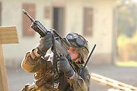 16 OCT 2001, BERLIN/GERMANY:<br /> Bundeswehrsoldat mit Gewehr im Anschlag, waehrend der Ausbildung des KFOR-Einsatzverbandes, Infanterieschule des Heeres, Hammelburg<br /> IMAGE: 20011016-01-035<br /> KEYWORDS: Bundeswehr, Armee, Soldat, soldier