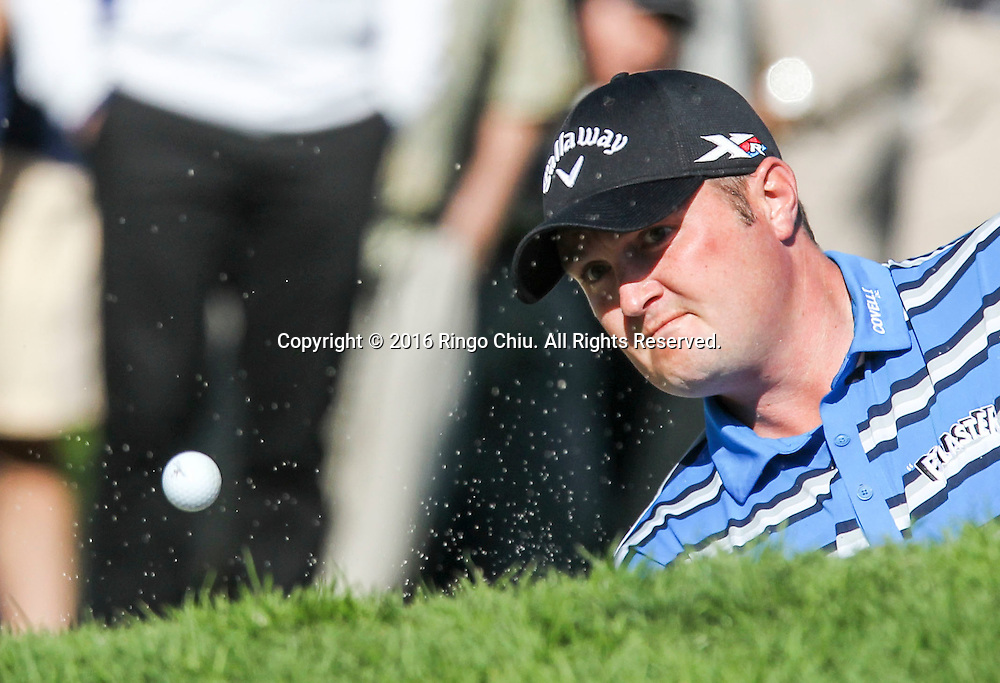 2月21日,杰森&middot;克布拉克在比赛中击球。当天,2016年北美信托高尔夫公开赛决赛在洛杉矶里维埃拉乡村俱乐部举行,美国选手巴巴&middot;沃森最终获得冠军。 新华社发(赵汉荣摄)<br /> Jason Kokrak reacts after missing the shot on the final round of the PGA Tour Northern Trust Open golf tournament at the Riviera Country Club on February 21, 2016, in Los Angeles. (Xinhua/Zhao Hanrong)(Photo by Ringo Chiu/PHOTOFORMULA.com)<br /> <br /> Usage Notes: This content is intended for editorial use only. For other uses, additional clearances may be required.