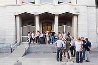PALERMO, 29 LUGLIO 2015: I fedeli della Parrocchia di Santa Lucia Borgovecchio si salutano alla fine della messa, a Palermo il 29 luglio 2015.