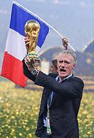 FUSSBALL  WM 2018  FINALE  ------- Frankreich - Kroatien    15.07.2018 Trainer Didier Deschamps (Frankreich) jubelt mit dem WM Pokal