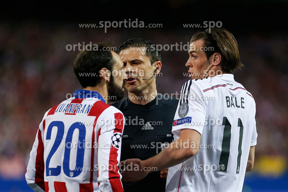 14.04.2015, Estadio Vicente Calderon, Madrid, ESP, UEFA CL, Atletico Madrid vs Real Madrid, Viertelfinale, Hinspiel, im Bild Atletico de Madrid's Juanfran (L) argues with Real Madrid&acute;s Gareth Bale // during the UEFA Champions League quarter finals 1st Leg match between Club Atletico de Madrid and Real Madrid CF at the Estadio Vicente Calderon in Madrid, Spain on 2015/04/14. EXPA Pictures &copy; 2015, PhotoCredit: EXPA/ Alterphotos/ Victor Blanco<br /> <br /> *****ATTENTION - OUT of ESP, SUI*****