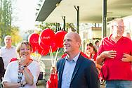 Nederland, Den Bosch, 20141101.<br /> Fractievoorzitter van de PvdA Diederik Samsom  met rode ballonen van de PvdA<br /> In de gemeente Den Bosch staan verkiezingsborden. Die zijn bedoeld voor de gemeenteraadsverkiezingen in Den Bosch, op woensdag 19 november. <br /> Vanwege de gemeentelijke herindeling van Maasdonk zijn de verkiezingen in Den Bosch pas op 19 november. Nuland en Vinkel komen bij Den Bosch, Geffen bij Oss. In Nuland en Vinkel zijn de verkiezingsborden al geplaatst. In totaal verschijnen 42 van deze grote borden in de gemeente. <br /> <br /> Netherlands, Den Bosch, 20141101.<br /> The city of Den Bosch are election signs. Intended for the municipal elections in Den Bosch, on Wednesday 19th November. <br /> Because of the municipal reorganization of Maasdonk the elections in Den Bosch until November 19th. Nuland and Leek come Den Bosch, Geffen at Oss. Nuland Leek and his election signs already posted. A total of 42 of these appear large signs in the municipality.