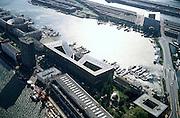 Nederland, Amsterdam, KNSM eiland, 25-09-2002; zicht op Ertshaven met Sporenburg in het verschiet; op dit eiland rechts gebouw de Sfinx (Frits van Dongen) met daaronder de Verbindingsdam; links op het KNSM-eiland, aan het water van de Levantkade, uiterst links woongebouw  Barcelona (Bruno Albert), daarnaast gebouw Piraeus (Hans Kollhof, Christian Rapp) met binnentuin; linksonder Surinamekade met de Sky Dome (Wiel Arets), de havenkraan staat ter hoogte van het Open Havenmuseum (loods 6); stadsvernieuwing, bouwblokken, hoogbouw, architectuur, stedenbouwkunde, stedebouwkunde, architectuurtoerisme; luchtfoto (toeslag), aerial photo (additional fee)<br /> foto /photo Siebe Swart