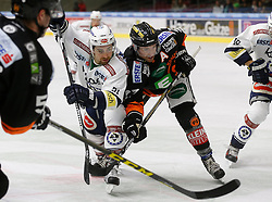 06.12.2015, Eisstadion Liebenau, Graz, AUT, EBEL, Moser Medical Graz 99ers vs EC VSV, 28. Runde, im Bild Miha Verlic (EC VSV) und Stephen Werner (Moser Medical Graz 99ers) // during the Erste Bank Icehockey League 28th Round match between Moser Medical Graz 99ers and EC VSV at the Ice Stadium Liebenau, Graz, Austria on 2015/12/06, EXPA Pictures © 2015, PhotoCredit: EXPA/ Erwin Scheriau
