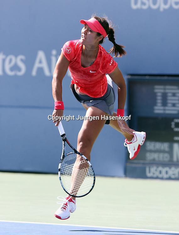 US Open 2013, USTA Billie Jean King National Tennis Center, Flushing Meadows, New York,<br /> ITF Grand Slam Tennis Tournament .<br /> Na Li (CHN),Aktion,Aufschlag,Einzelbild,<br /> Ganzkoerper,Hochformat