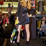 NLD/Amsterdam/20101128 - Modeshow en verkoop Artbags t.b.v het Aidsfonds in de Bijenkorf,