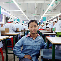 SHENZHEN, DEZ.12.2006: die 19 jaehrige Li Yanfang aus Henan in der Spielzeugfabrik, in der sie arbeitet.