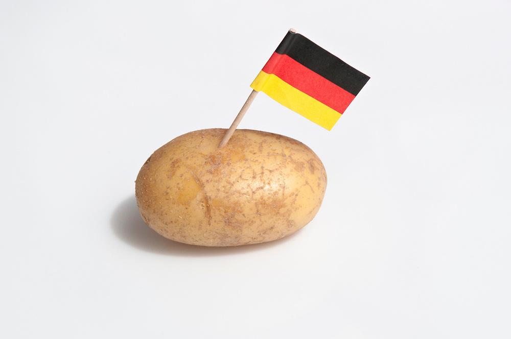 Deutschlandfaehnche steckt in einer Kartoffel | German flag sticks in a potato    |