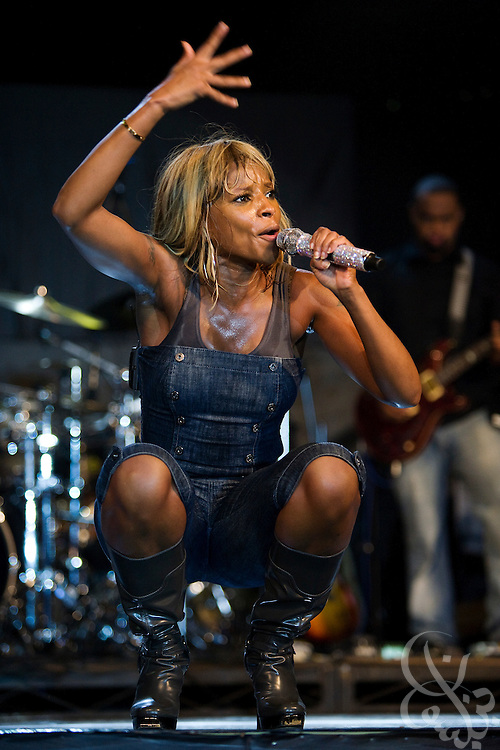 "Hip Hop soul legend Mary J Blige performs during the ThisDay music and fashion festival July 13, 2008 in Lagos, Nigeria. Blige joined pop star Chris Brown and rapper Fat Joe along with a host of Nigerian acts and a number of fashion designers to support the festival in this, its' third year. The festival, themed ""Africa Rising"", aims to raise awareness of African issues while promoting positive images of Africa using music, fashion and culture in a series of concerts and events in Nigeria, the United States and the United Kingdom. ."