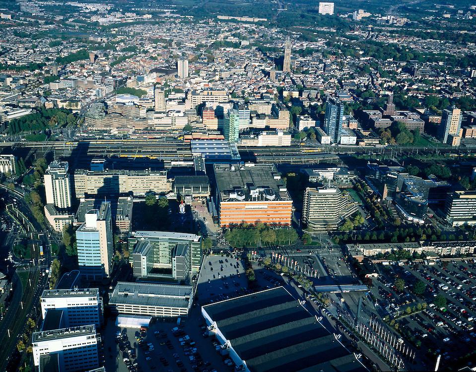 Nederland, Utrecht, Utrecht, 17-10-2003; luchtfoto (25% toeslag); overzicht Utrecht: linksonder kantoren (hoogbouw) langs de invalsweg naar het stadscentrum, rechts hiervan de hallen van de Jaarbeurs (met parkeerterrein) en het oranje Jaarbeursgebouw; midden Centraal Station, daar achter de (kantoor)torens van Hoog Catherijne en de historische binnenstad met o.a. Domtoren                     .(zie ook andere luchtfoto's).<br /> Foto Siebe Swart