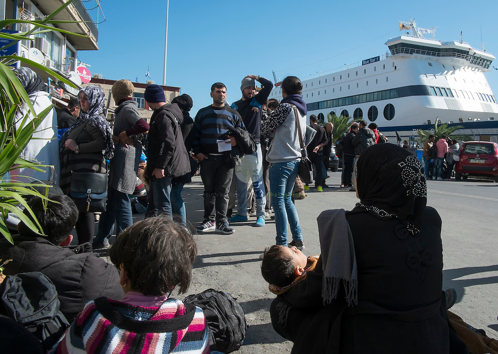 GRIECHENLAND, Lesbos, Hauptstadt Mytilini, 27.10.2015 / Fluechtlinge in der Hafenstadt Mytilini: Eine Gruppe Fluchtlinge wartet darauf, von der Insel Lesbos aus die Weiterreise zum Festland antreten zu duerfen.