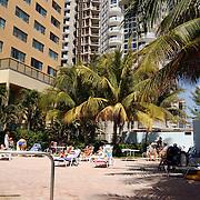 Vakantie Miami Amerika, hotel, zwembad, toeristen, zwemband, zwemmen, palmbomen, palmboom, kind, ouder, moeder, zon, zonnen, nieuwbouw,