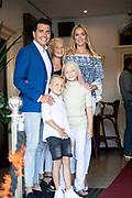 ROTTERDAM, 16-05-2020, AMVO<br /> <br /> Jan Smit heeft zijn lintje mogen ontvangen in de AMVO, Volendam.  De Volendammer wordt benoemd tot Officier in de Orde van Oranje-Nassau en is de jongste persoon die dit jaar een van de bijzondere koninklijke onderscheidingen krijgt. Jan Smit is onderscheiden voor zijn jarenlange werk als zanger, componist en presentator en vanwege zijn inzet voor verschillende goede doelen, zoals SOS Kinderdorpen, Make-A-Wish Nederland en het Oranjefonds.<br /> <br /> Op de foto:  Jan Smit met partner Liza en kinderen Emma, Senn en Fem
