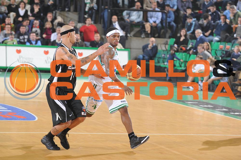 DESCRIZIONE : Treviso Lega A1 2008-09 Benetton Treviso Eldo Caserta<br /> GIOCATORE : Bobby Dixon <br /> SQUADRA : Benetton Treviso<br /> EVENTO : Campionato Lega A1 2008-2009 <br /> GARA : Benetton Treviso Eldo Caserta<br /> DATA : 02/11/2008 <br /> CATEGORIA : Palleggio<br /> SPORT : Pallacanestro <br /> AUTORE : Agenzia Ciamillo-Castoria/M.Gregolin